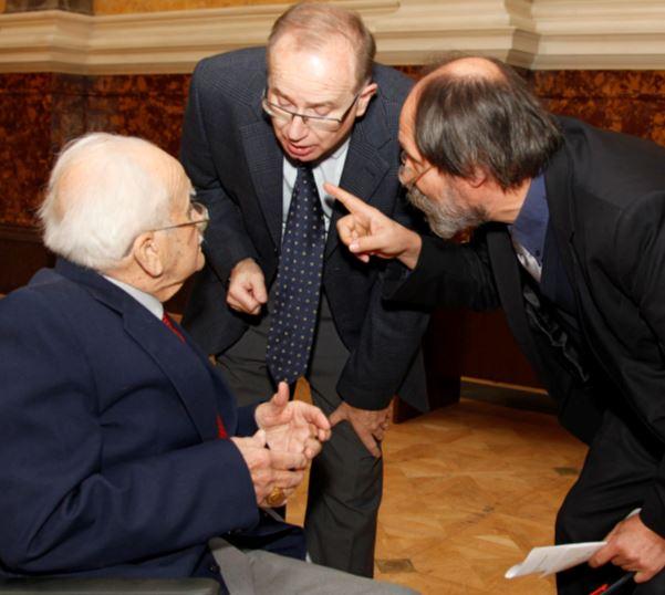 Prof. Dr. Benkő (Direktor des Archäologischen Instituts der Ungarischen Akademie der Wissenschaften) und Dr. Laszlo Csorba (Generaldirektor des Ungarischen Nationalmuseums) besprechen sich mit dem Jubilar über den Ablauf der Zeremonie (Photo: Ung. Nationalmuseum)