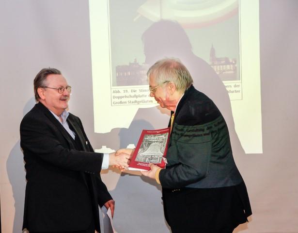 Prof. Dr. R. Pfeiffer-Rupp überreicht die Festschrift an und für Dr. Konrad Bund